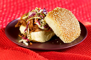 Sándwiches de cerdo con salsa BBQ y ensalada de col en olla de cocción lenta