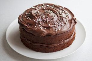 Gâteau étagé au chocolat garni d'un glaçage crémeux Image 1