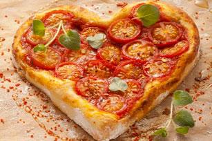 Pizza en forme de cœur au fromage et aux tomates Image 1