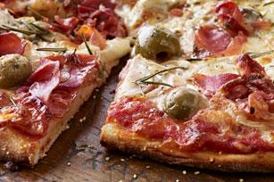 Pizza au prosciutto, aux olives vertes et au romarin Image 1