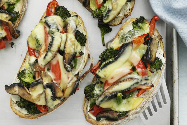 Sandwichs ouverts aux légumes grillés et au fromage fondant