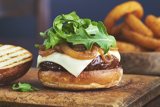 Burgers fumés au fromage et à l'oignon caramélisé Image 1