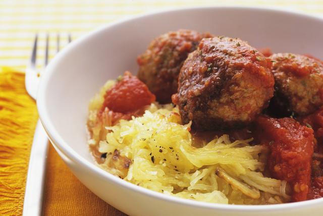 Boulettes de viande farcies au mozzarella, sur lit de «spaghettis»
