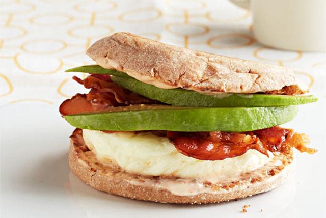 Sandwich aux œufs californien prêt en 7 minutes Image 1