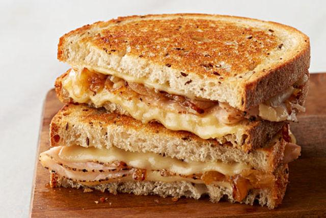 Sandwich grillé au fromage suisse, à la dinde et aux oignons caramélisés Image 1