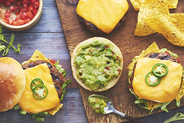 Burger épicé bien garni de nachos