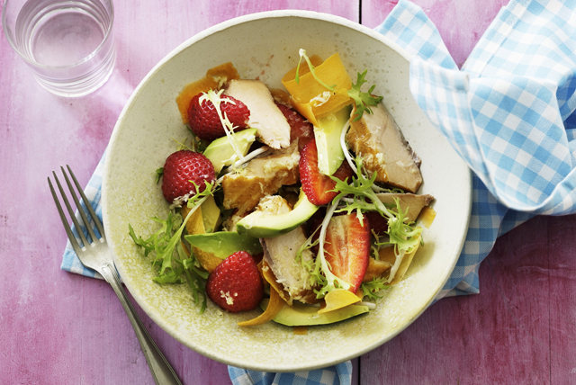 Salade au poulet grillé, à l'avocat et aux fraises Image 1