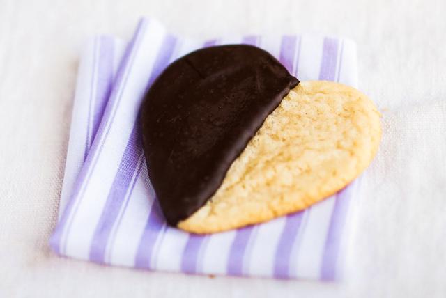 Biscuits cœurs noirs et blancs Image 1
