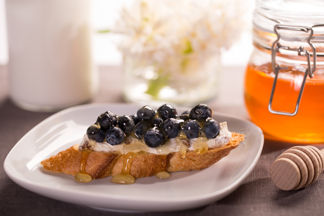 Crostini with Blueberries and Cinnamon Brown Sugar Cream Cheese Image 1