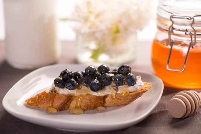 Crostinis aux bleuets avec fromage à la crème, à la cannelle et à la cassonade Image 1