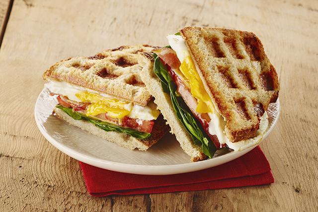 Sandwich gaufré grillé aux œufs et au bacon
