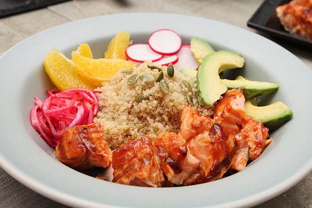 Salade de saumon à la sauce barbecue avec quinoa et oignon mariné Image 1