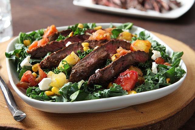Salade de bifteck grillé, de chou frisé et de tomates anciennes Image 1