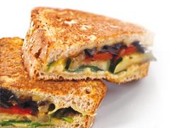 Sandwich grillé au fromage et aux légumes