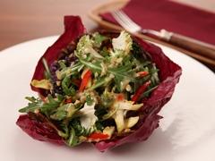 Salade de jeune roquette, de chou frisé et d'endives en coupe de radicchio croquante