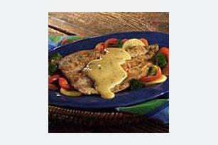 Bandeja de pescado y verduras con salsa cremosa de cilantro y ajo Image 1