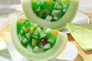 Sonrisas de melón y gelatina de limón verde con frutas Image 1