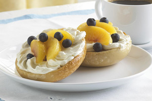 Bagel con frutas y PHILLY