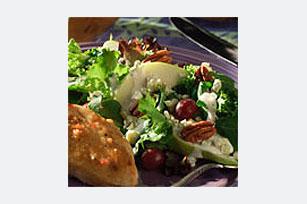 Ensalada verde surtida con peras y nueces Image 1