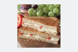 Sándwich caliente de queso y pimientos rojos Image 1