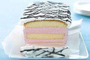 Postre en capas de pastel y gelatina de fresa