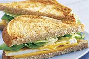Sándwich súper fácil de queso y huevo Image 1