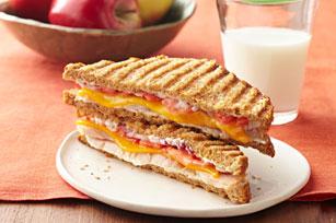 Sándwich panini de pavo y queso cheddar