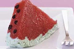 Postre helado de gelatina y fresa en forma de sandía Image 1