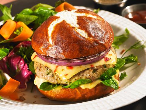 Burgers au poulet au fromage Habanero et à la mayonnaise à l'abricot