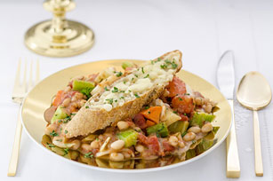 Cassoulet aux petits haricots blancs, aux tomates et au fenouil avec croûtons au fromage