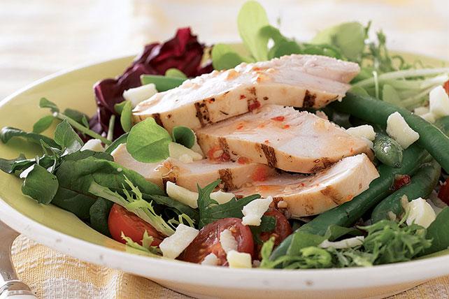 Ensalada rústica de pollo con vegetales de primavera Image 1