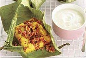 Carne de res con pan de maíz en hojas de plátano