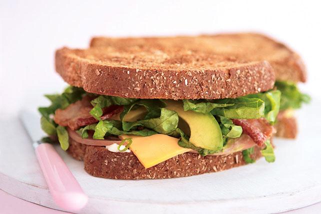 Sándwich de aguacate, tocino, jamón y queso Image 1