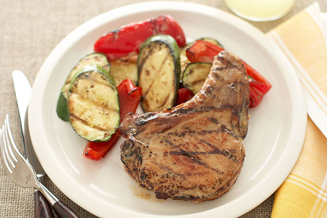 Sabrosas chuletas de cerdo con verduras asadas Image 1