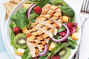 Ensalada de pollo asado y frutas