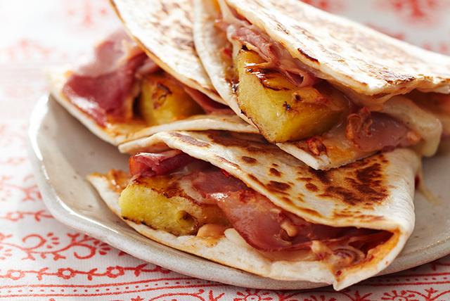 Quesadillas hawaianas con mayonesa de chipotle a la parrilla Image 1
