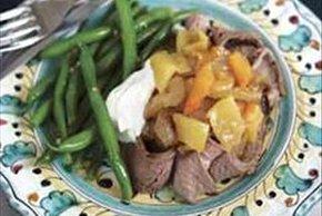 Bistec asado con cebolla caramelizada y chiles güeros