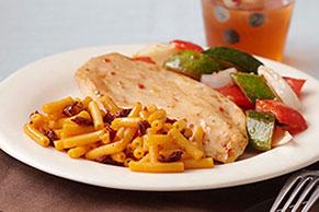 Pollo y verduras asados con macarrones con queso y chipotle