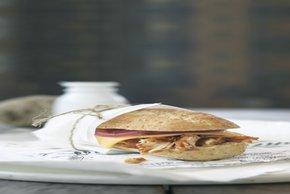 Sándwiches de pollo con salsa para asar y cebollas en vinagre