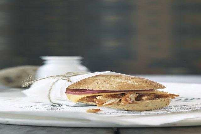 Sándwiches de pollo con salsa para asar y cebollas en vinagre Image 1