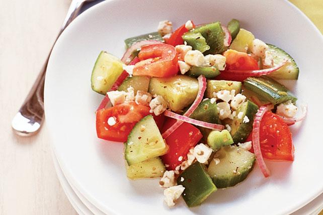 Sencilla ensalada griega de tomates y pepinos Image 1