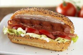 Salchichas con tomate, lechuga y tocino