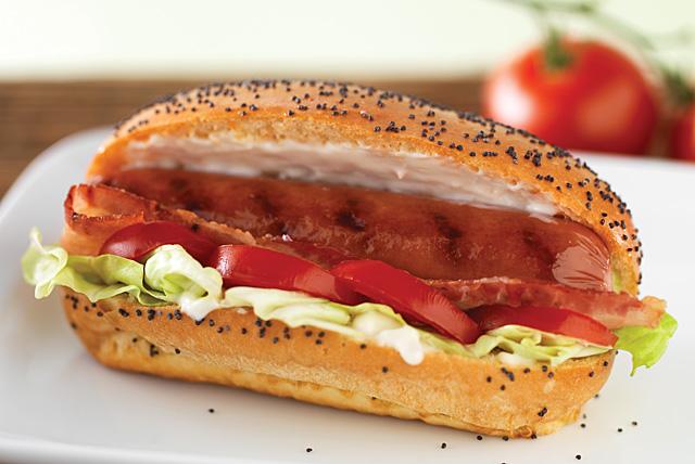 Salchichas con tomate, lechuga y tocino Image 1