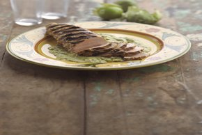 Filete de cerdo asado con salsa de aguacate