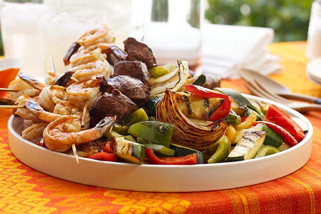 Brochetas de mar y tierra con vegetales a la parrilla Image 1