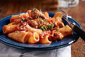 Rigatonis con salchicha y tomates