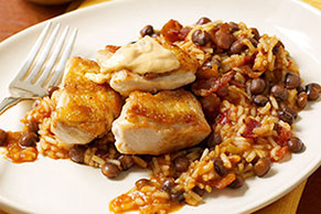 Pollo crujiente con salsa de achiote y arroz con gandules