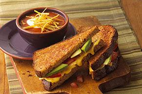 Sándwich tostado de queso con aguacate