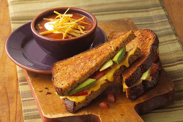 Sándwich tostado de queso con aguacate Image 1