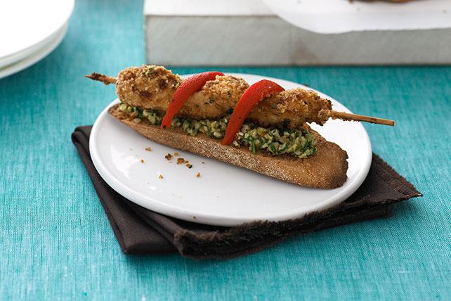 Crujientes brochetas de pollo en tostadas con crema de aceitunas Image 1